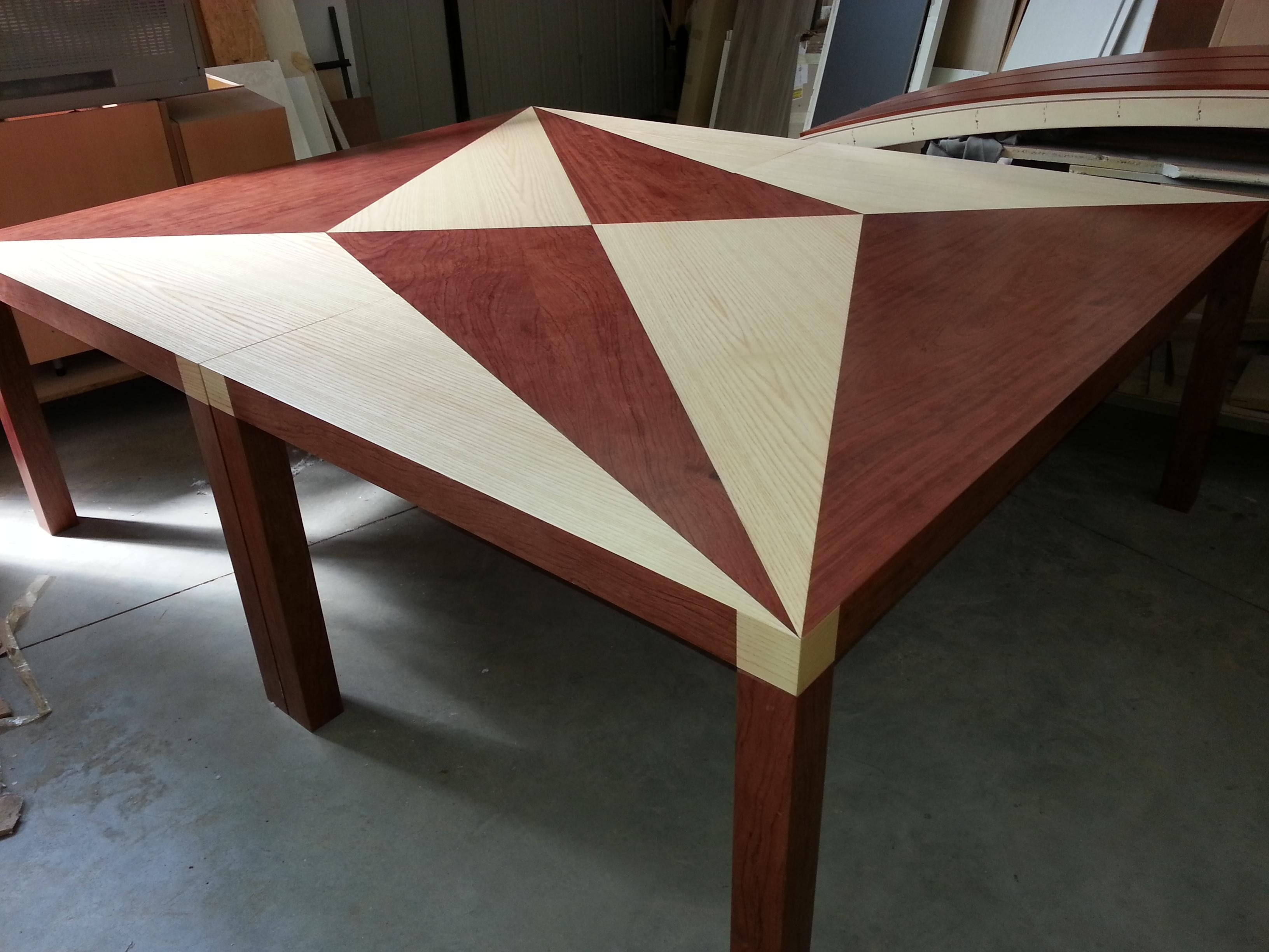 Tavolo su misura con inserti in contrasto | Farolfi Casa