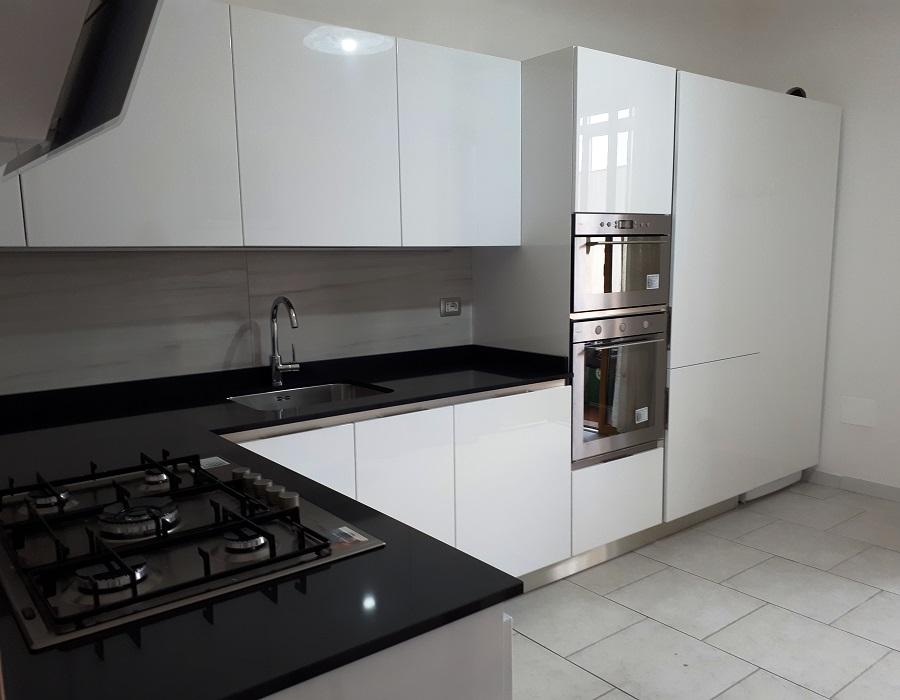 Cucina bianco lucido appartamento zona Parco Dei Musicisti ...